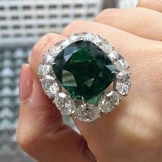 Exceptional 17.15 carats Colombian Emerald and Diamond Ring
