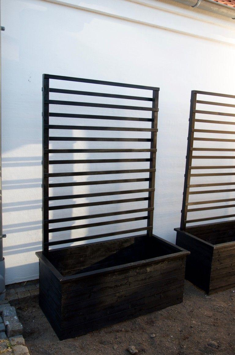 Spaljéerna är byggda av vanliga reglar 45x45mm samt tunna obehandlade foglister 8x27mm. Själva lådan är byggd av vanliga finsågade klädselbrädor 22x95mm (samma som vi använde till bänkarna jag berätta om i förra inlägget). Vi har sedan målat lådorna med Cuprinols svarta täckfärg för utomhusbruk. Allt material kommer från Hornbach och kostade inte mer än 1000kr för dessa två lådor.