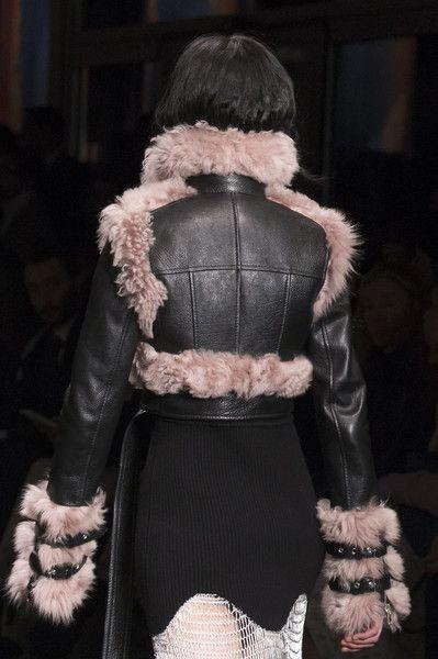 Alexander McQueen at Paris Fashion Week Fall 2017 - Details Runway Photos  Modely Z Módnych Prehliadok 98c0452764