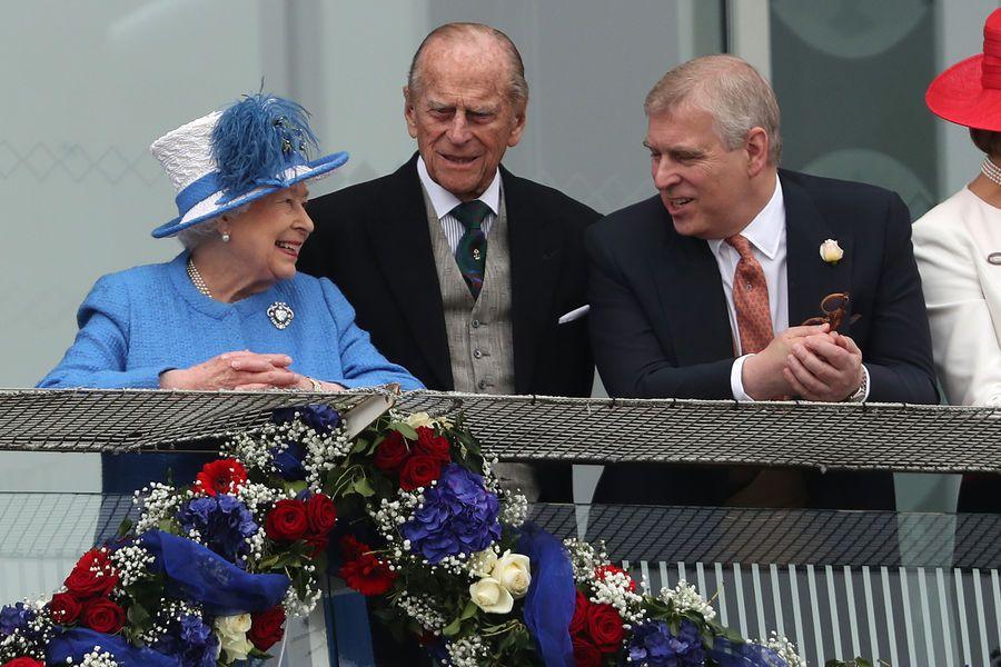 Ce samedi 4 juin, la reine Elizabeth II, accompagnée des princes Philip et Andrew, n'a pas manqué d'aller voir courir les chevaux au Derby d'Epsom.