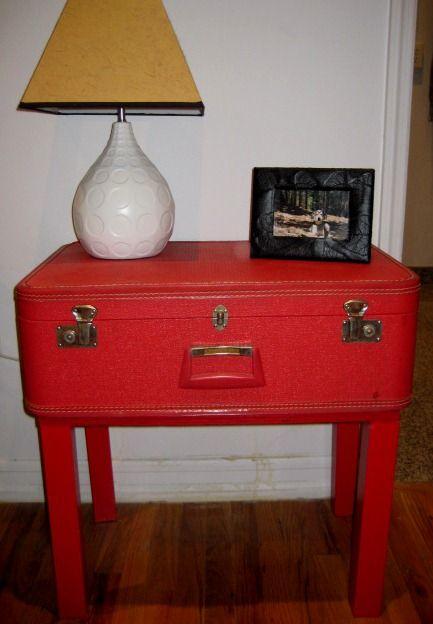 Vecchia valigia rossa trasformata in un grazioso comodino