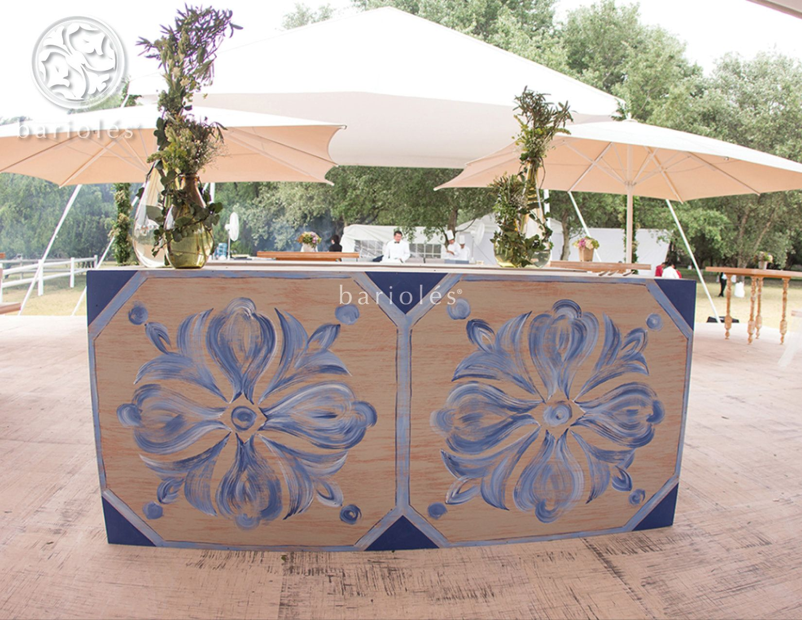 Hand painted wedding bar by #Bariolés #evento #fiesta #boda #tablesetting #DecoracionBodas #WeddingIdeas #WeddingTrends #flores #azul #blue #barra