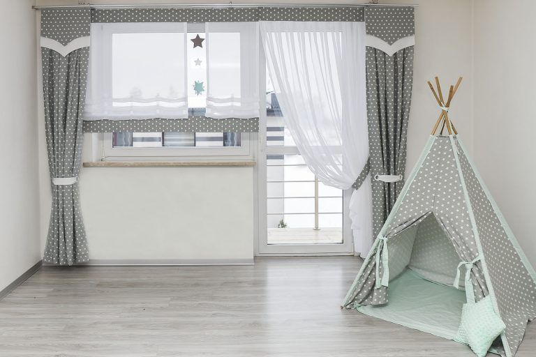 Okno Balkonowe W Pokoju Dziecka Blog Firany Adamski Mama I Corka Dekoruja Wnetrza Classy Living Room Living Room Blinds Curtain Decor