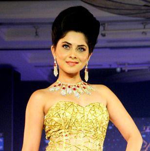Wishing a very happy birthday to @SONALEEKULKARNI  #Birthday #SonaleeKulkarni #Bollywood #Actress #Utopeen