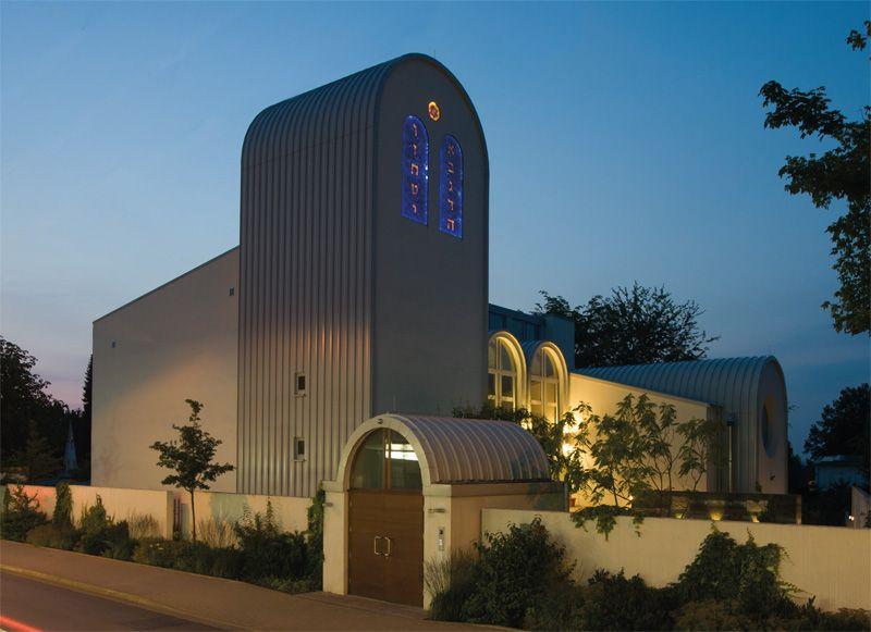 Die Synagoge Beit Tikwa am Abend mit Wirkung der Beleuchtung auf Fenster und Umgebung.
