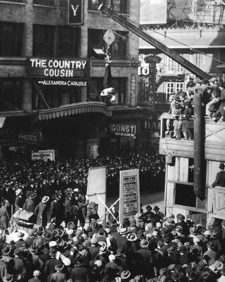 When Houdini hung upside-down over Broadway | History | The