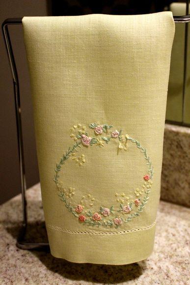 Toalha de Lavabo de linho bordada a mão