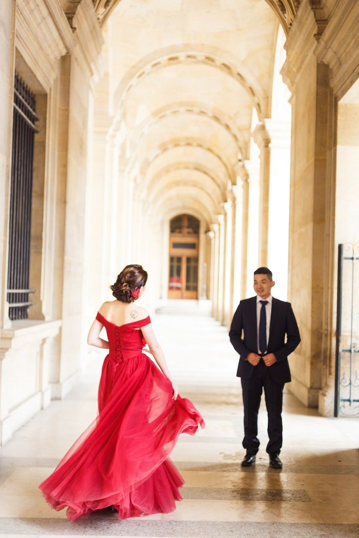 Deep red wedding dress for a Pre wedding session in Paris | fabmood.com #wedding #weddingphoto #prewedding #engagementsession #engaged #engagement