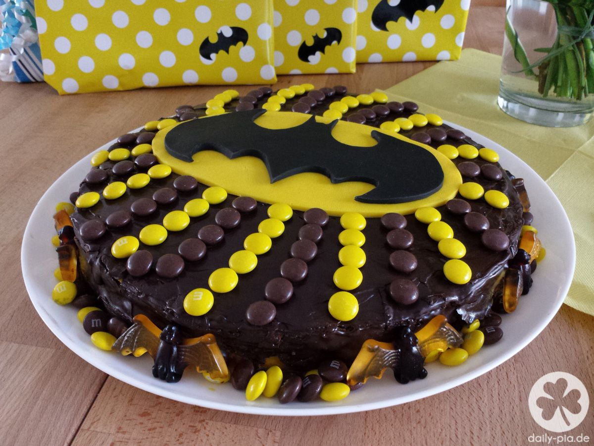 How to bake a Batman cake  Essen und Trinken  Batman kuchen Batman kuchen rezept und