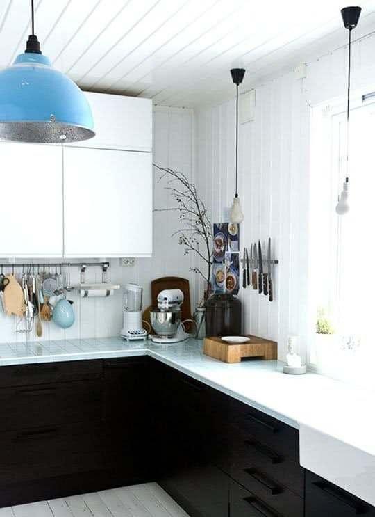 Moderne Bauernküche mit Fliesen, die von den Wänden zu den ...