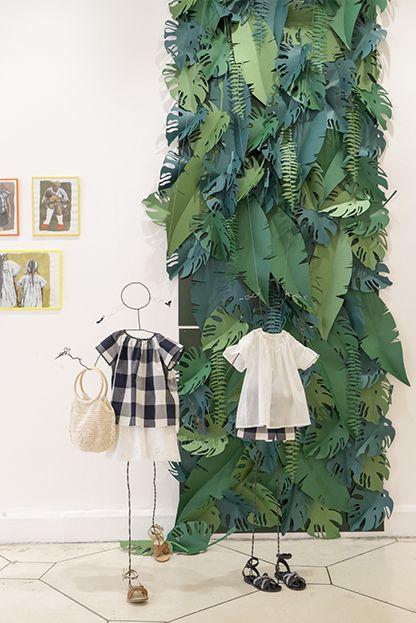 un pan de tissu on d coupe des feuilles de palmiers et de plantes v g tales dans du tissu ou. Black Bedroom Furniture Sets. Home Design Ideas