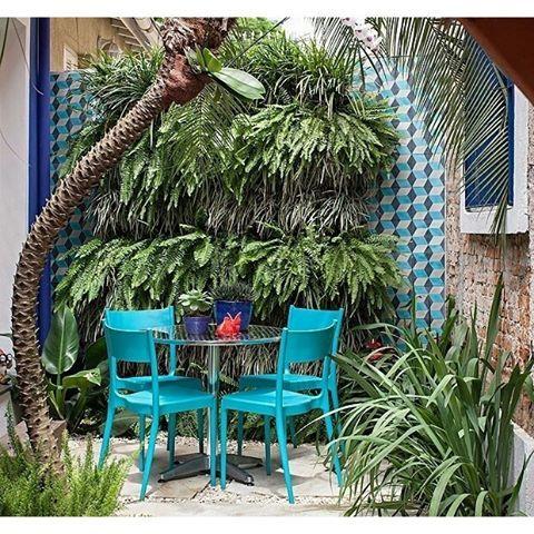 O cantinho entre a cozinha do escritório e a sala de reuniões da paisagista Catê Poli (@cate_poli_paisagismo) ...
