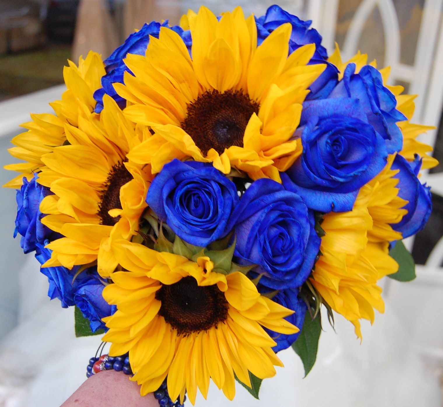 Dyed Dutch Blue Vendela Roses With Medium Size Sunflowers Www Perfectweddingflowers Com Flower Delivery Flowers Morning Flowers