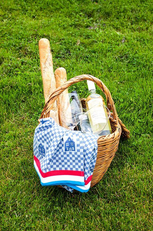 een goed gevulde picknick mand mag niet ontbreken! www.watersportcampingheeg.nl