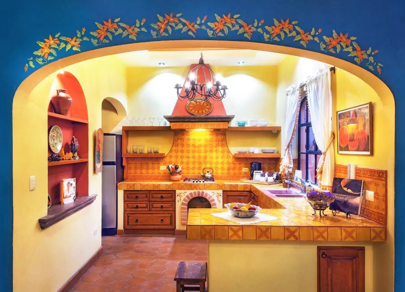 Cocina estilo mexicano con cer mica talavera casas e - Cocinas estilo colonial ...