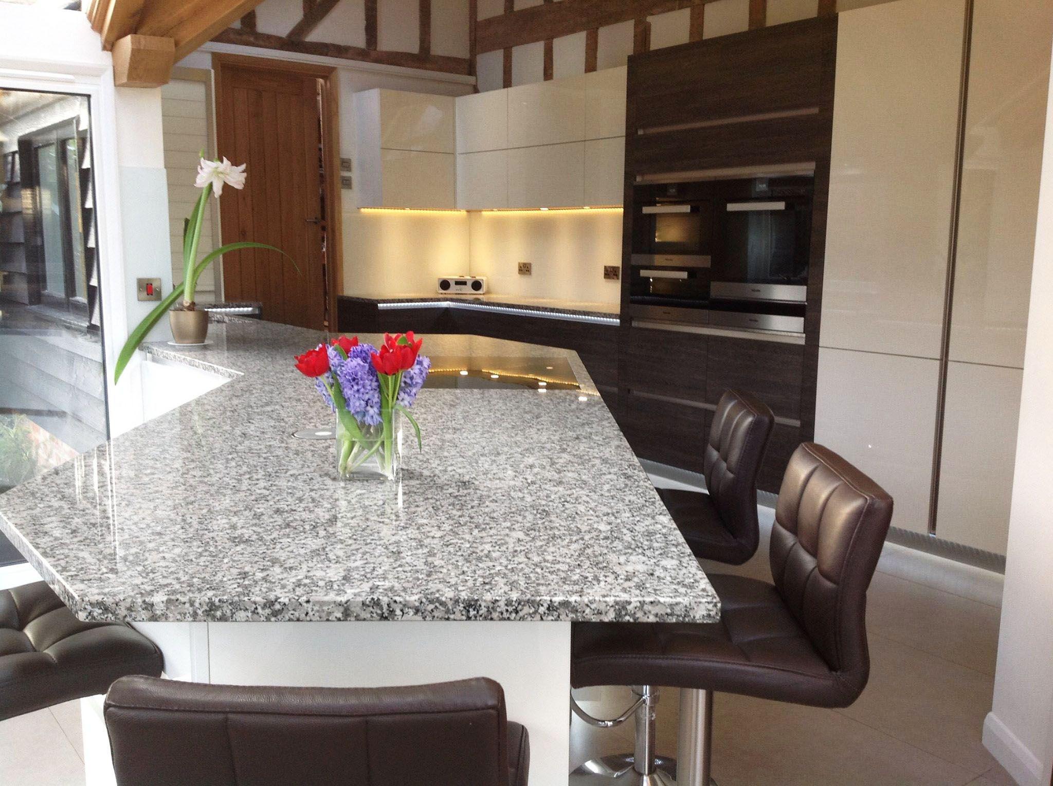 Strahlende Padang Sardo Bianco #Granit #Arbeitsplatten verbreiten ...