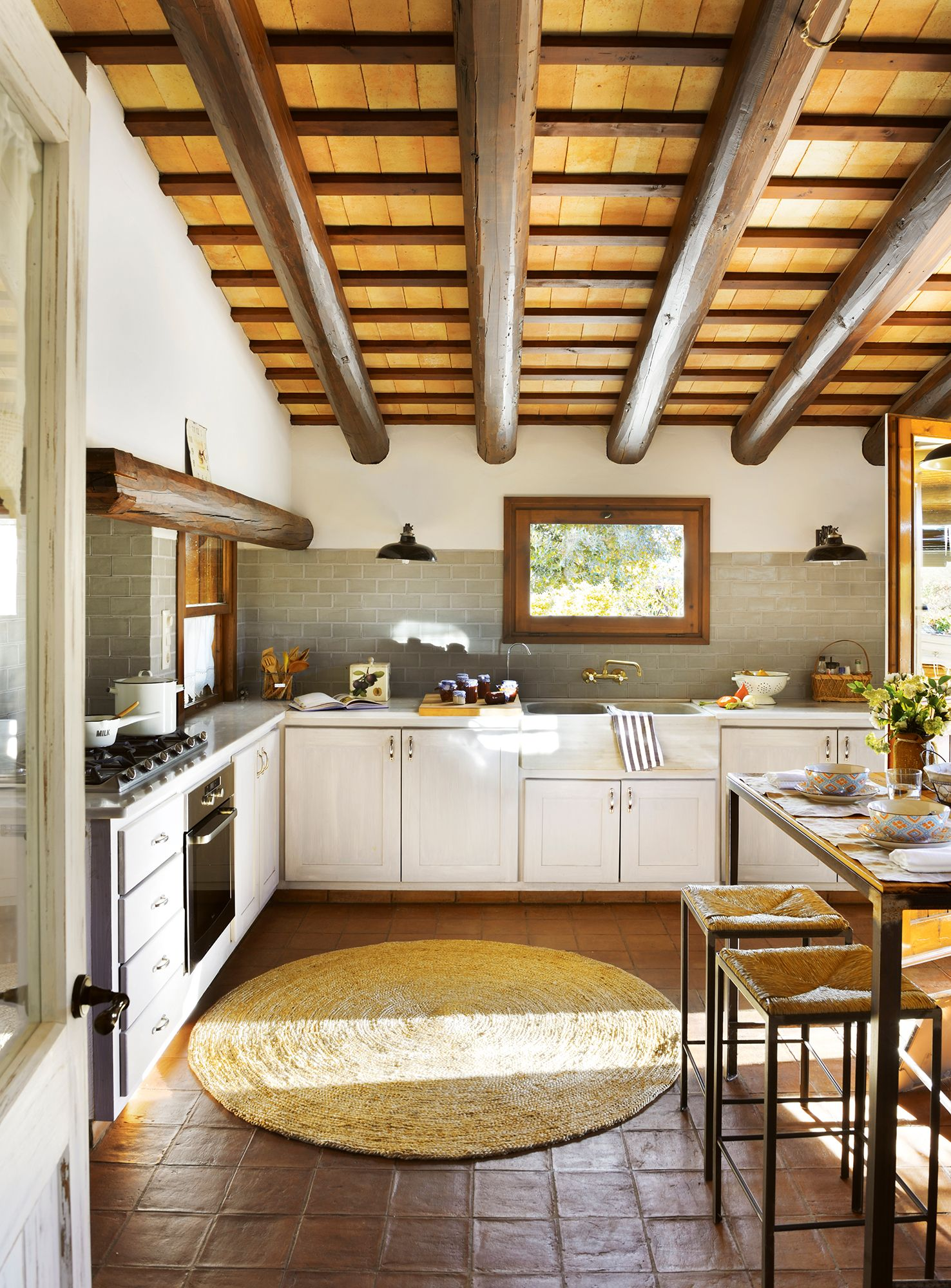 Cocina rústica con vigas de madera y 00409296b | Interiors