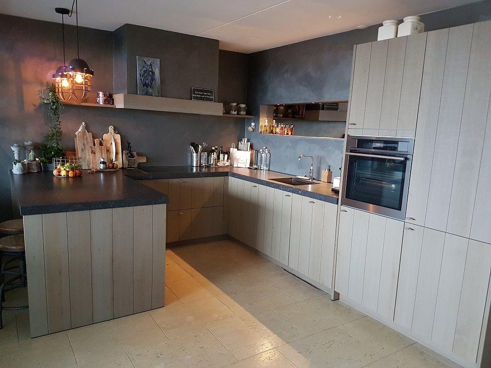Landelijk Keuken Lampen : Landelijke keuken met betonlook stucwerk en stoere lampen van