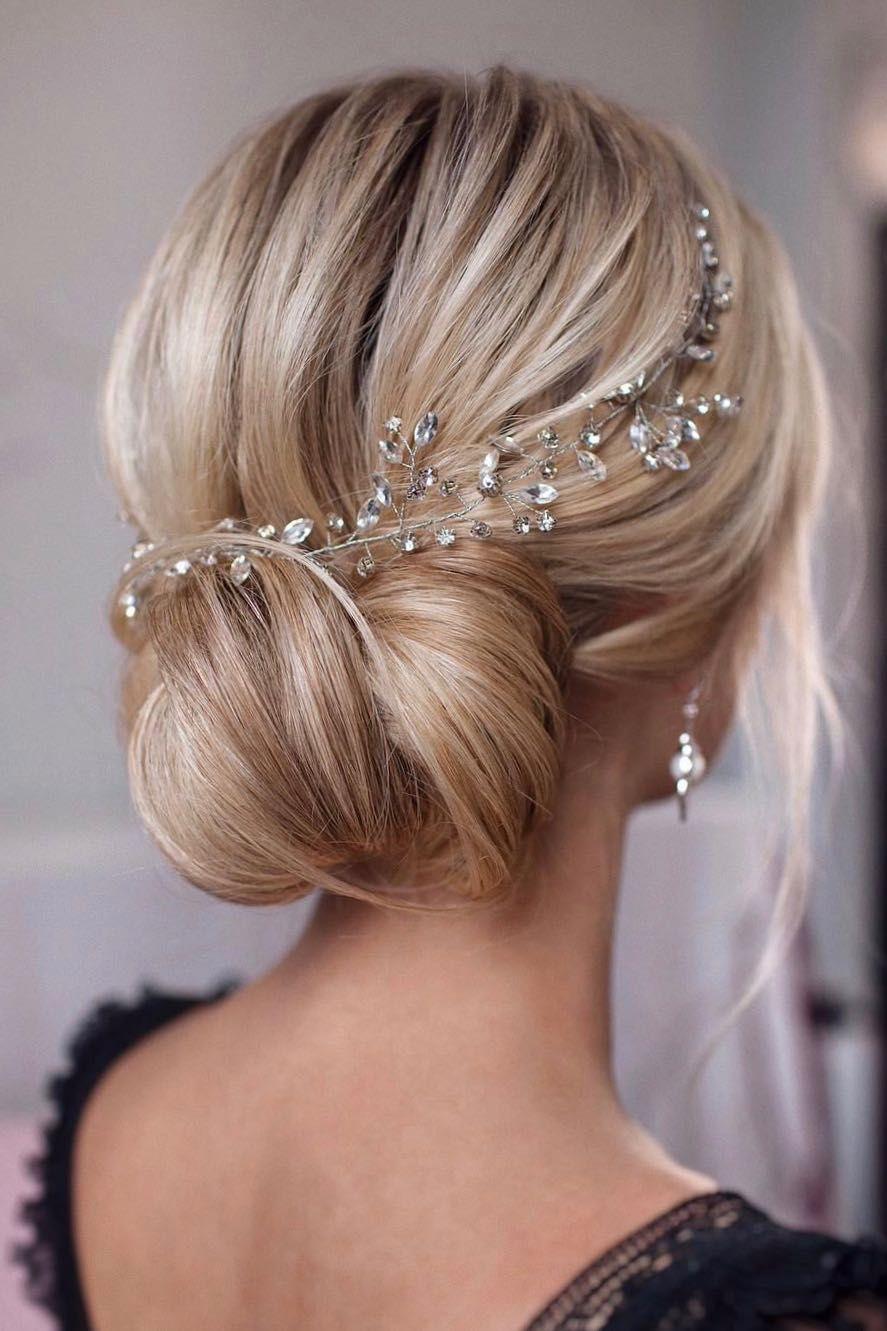 Hochsteckfrisuren als Alleskönner unter den Brautfrisuren – Was deine Brautfrisur über den Stil eurer Hochzeit verrät – kleiner Flieder