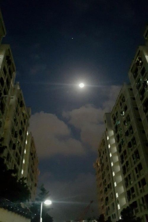 The Moon And Jupiter Are So Bright That They Could Be Seen From Inside Large Cities Here They Are Over Singapore On The Mornin Brightest Planet Planets Photo