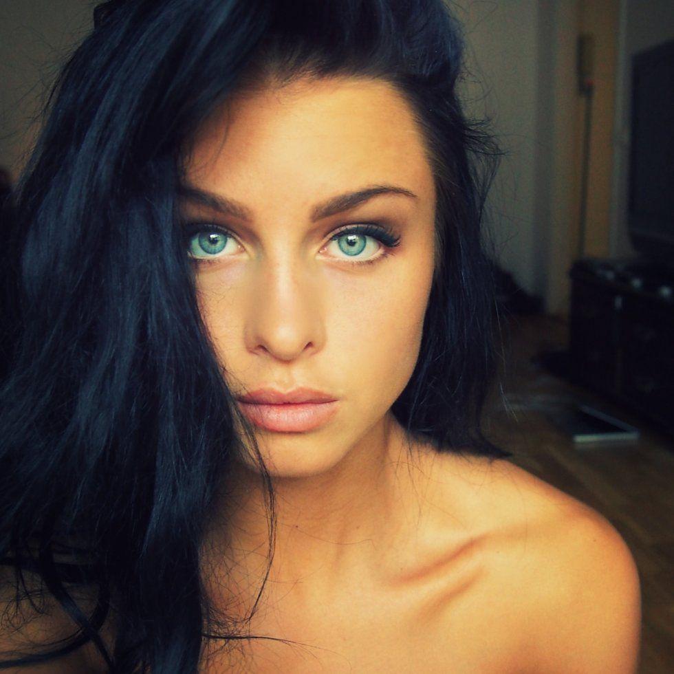 Svart hår blå ögon