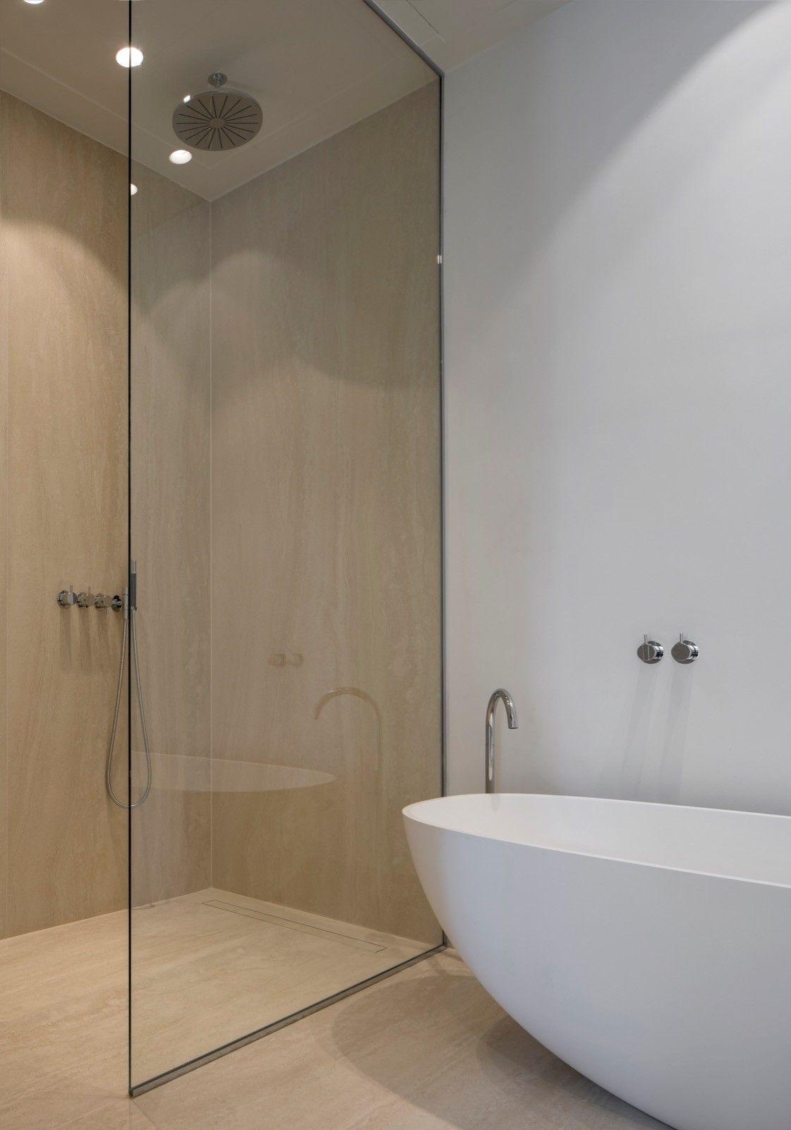 Exclusieve badkamer. Warme travertin (keramische) platen van 1x3 ...