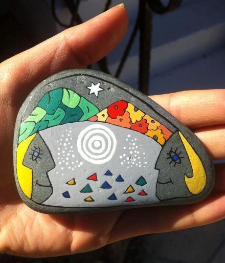 Плевенчанката Миглена Мартинова рисува миниатюри върху камъни в Кипър, град Кирения. Оригиналната идея й хрумва...