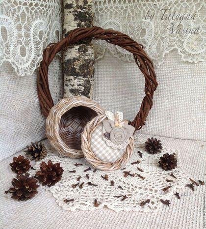 Купить или заказать Коробочка плетеная 'Rustiс mini' в интернет-магазине на Ярмарке Мастеров. Милая плетеная коробочка , украшенная льняной тканевой розочкой, бронзовым листиком, дополненная льняным кружевом,атласной ленточкой и бусинками из дерева. Послужит местом хранения украшений, милых сердцу мелочей, оригинальной упаковкой Вашего подарка и просто стильным предметом интерьера.