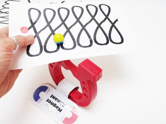 Feinmotorik mit Magneten, Hand Augen Koordination, Magnete oben und unten auf Blatt mit Muster, entlang führen, bewegen sodass Magnet wandert, Vorschule, Klasse 1, Vorläuferfertigkeiten, Basiskompetenzen