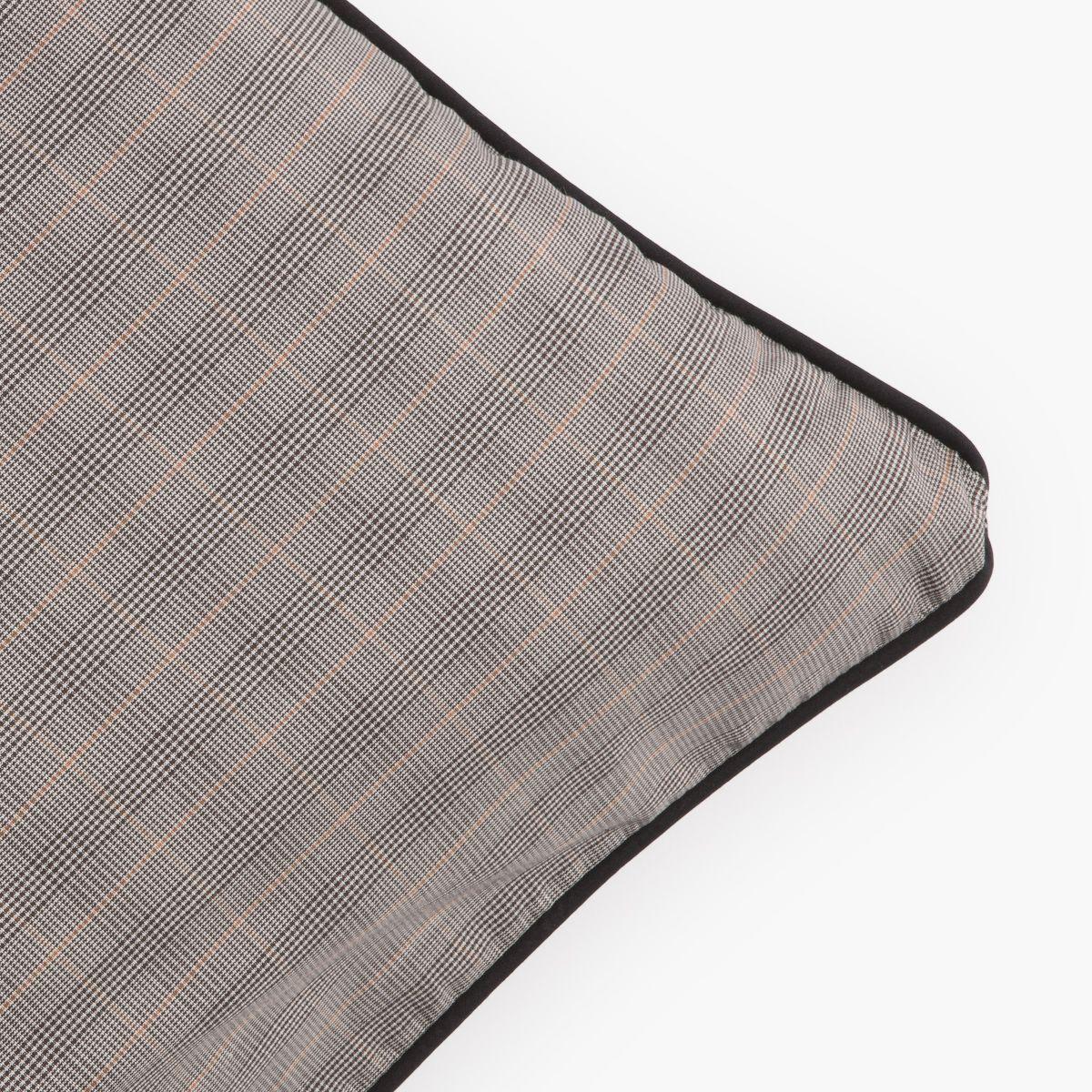 Cojín de algodón gris. Grey cotton cushion.