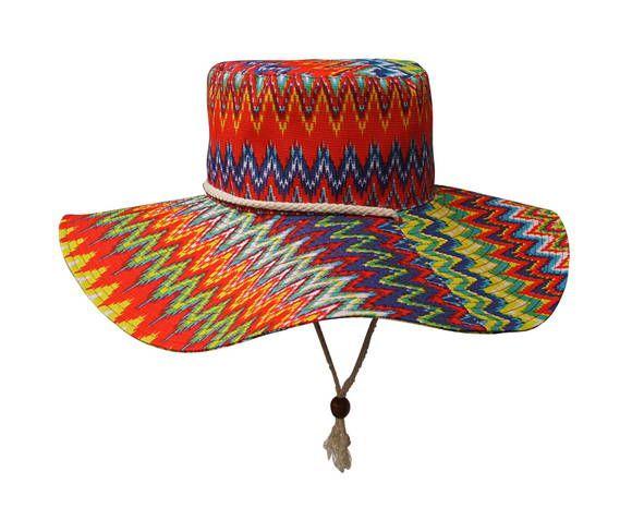 Chapéu aba larga com tecido em estampa étnica e regulador de madeira.  Modelo totalmente estruturado c2e78d02acf