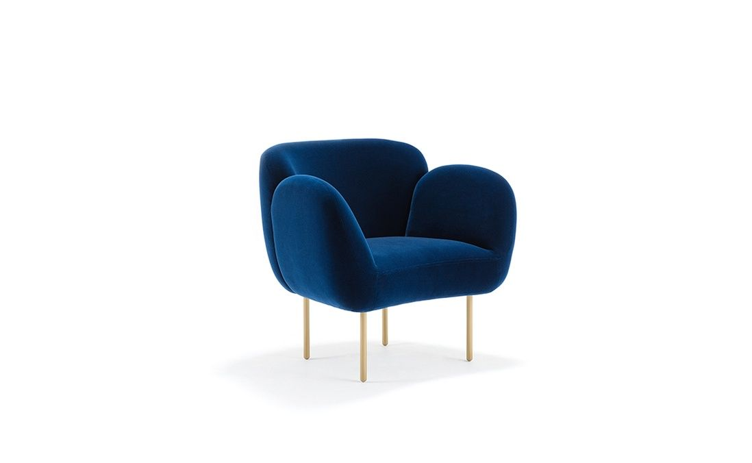 Poltrona Morbida E Piena Di Curve In Velluto Blu. Soft And Curvy Armchair  In Blue