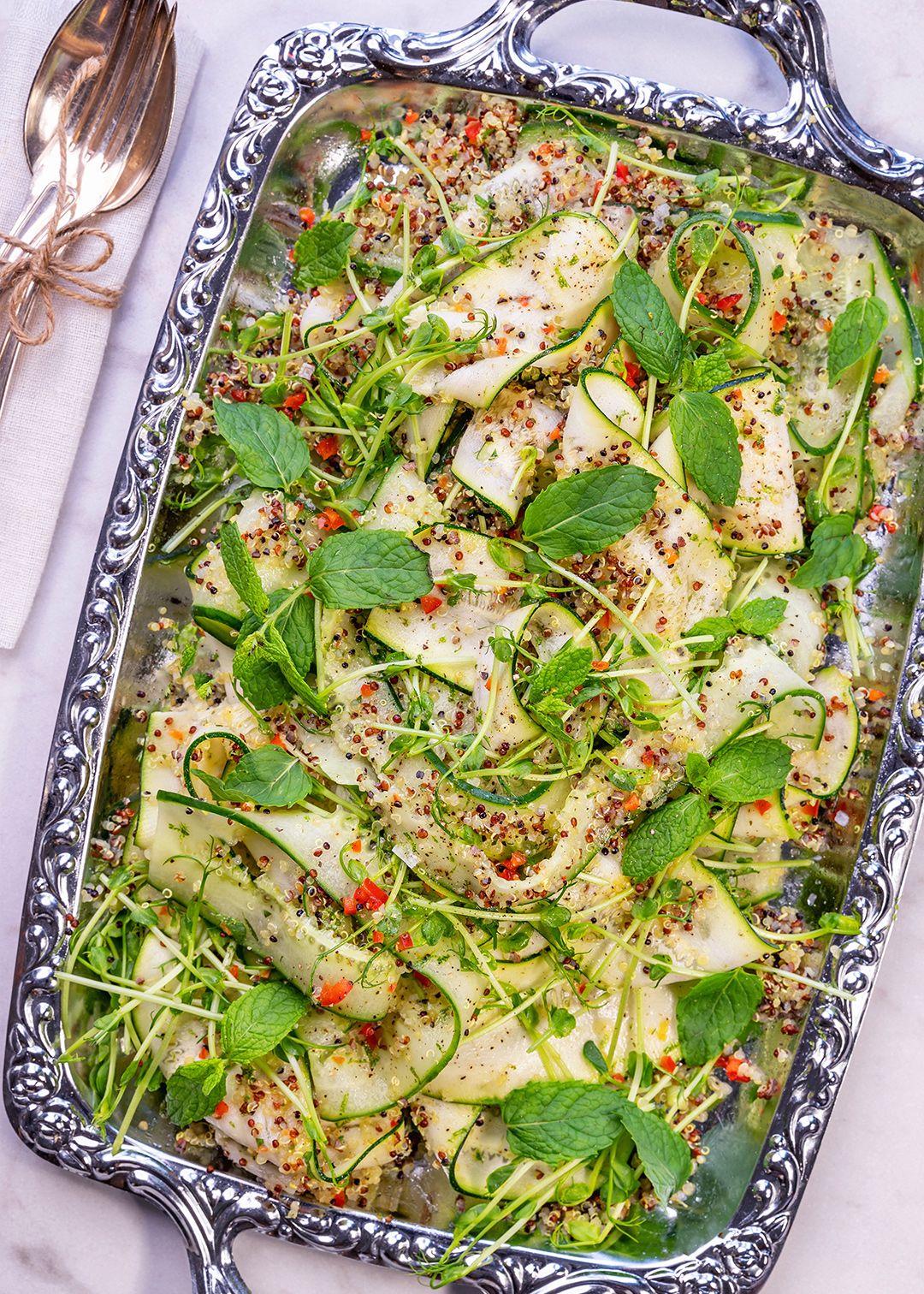 Asiatisk zucchini- och gurksallad Fräsch sallad på zucchini, gurka och quinoa - perfekt till grillmiddagen och lika gott till halloumi, fisk eller kött!