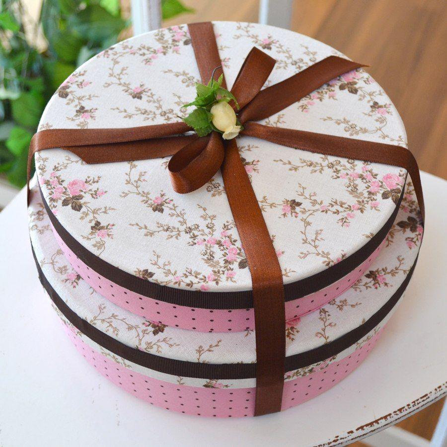 Caixa dupla decorativa revestida de tecido estampado floral e poá rosa. Decorative double box lined with floral printed fabric and pink polka dot.