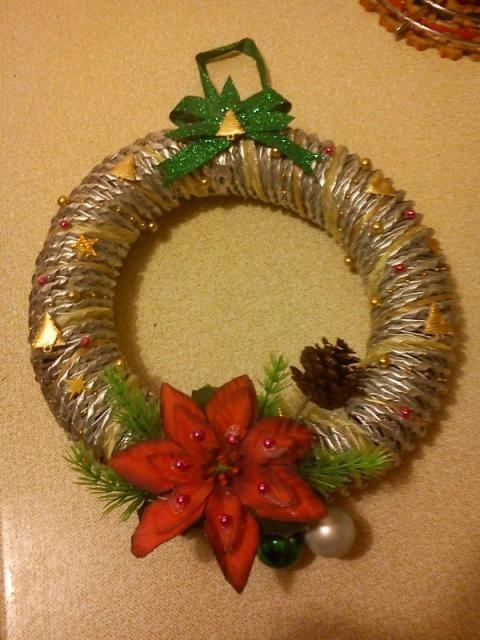 a9049d76f Zlatý vianočný veniec na dvere urobí radosť domácim aj návštevám.