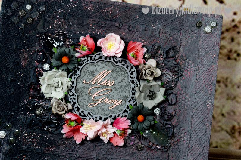 Miss Grey Niecodzienny Naszyjnik Stworzony Z Niezwyklej Codziennosci Bizuteryjki Dla Wosp Floral Wreath Floral Wreaths