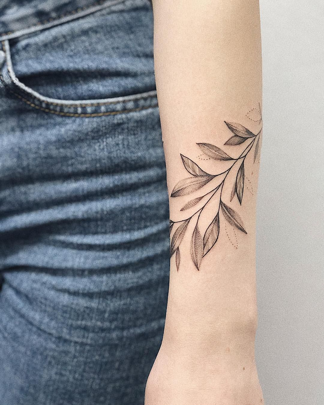 "Anastasia Seryogova on Instagram: ""🌿 - #tattooleaves #leaves #tattoogirl #tattooideas #tattooblack #flowers"""