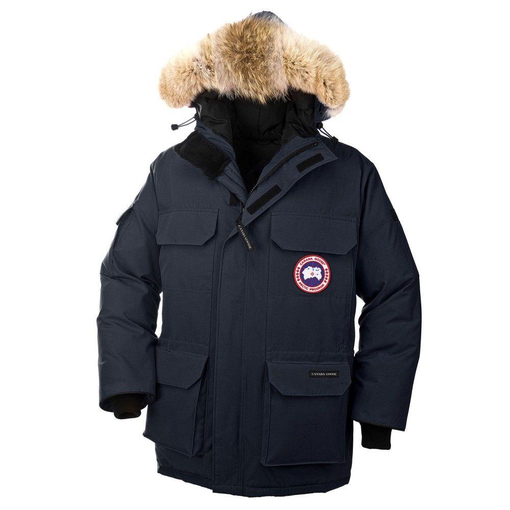Canada Goose Expedition Parka i navy. Parkaen er en av de varmeste og tåler kulde ned til -30 grader celsius. Den har fire lommer på fronten som er snøbeskyttet og lommer på begge ermene. Parkaen har både glidelås o