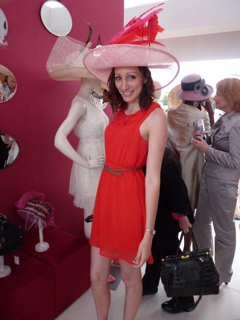 prix de diane 2012 : essayage de chapeau. Robe rouge @forever21