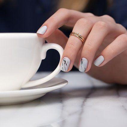 Audacieux, les ongles marbrés font tout un effet cet automne. On les adore en noir et en blanc, tout simplement, ou en teintes colorées complètement éclatées.  Com