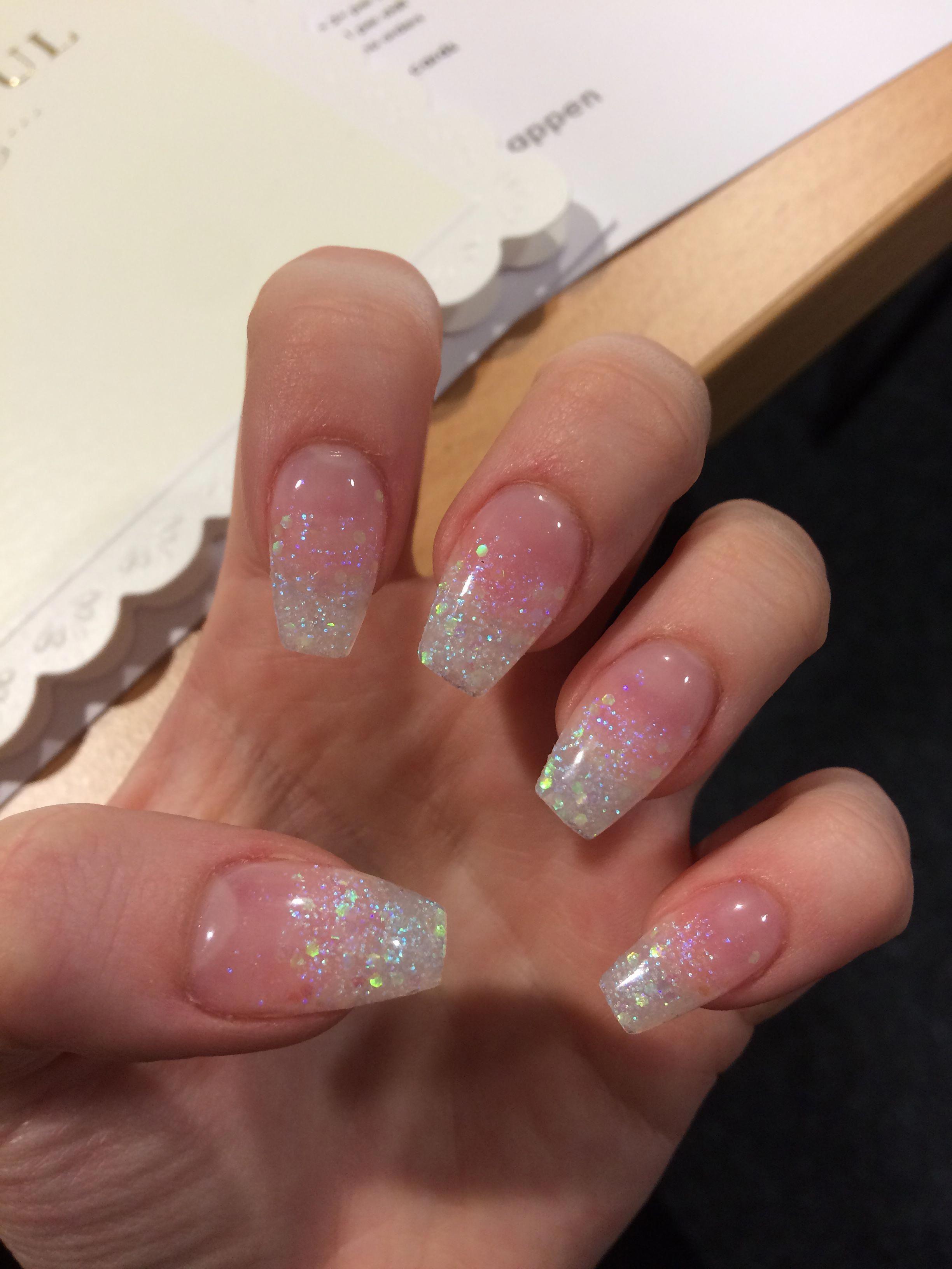 Glitter Ombre Acryl Doodskist Nagels Glitternails In 2020 Ombre Acrylic Nails Simple Acrylic Nails Short Acrylic Nails Designs