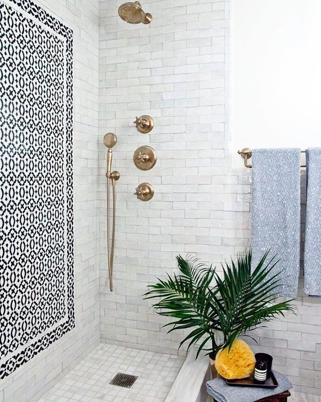 Can every bathroom agree to have a tile wall accent??? 🌊// Design by @younghuh // 📸 @nickjohnsoninteriors for @dominomag