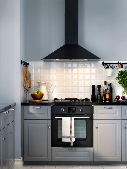 Cocina gris con horno de aire forzado y campana extractora en gris ...