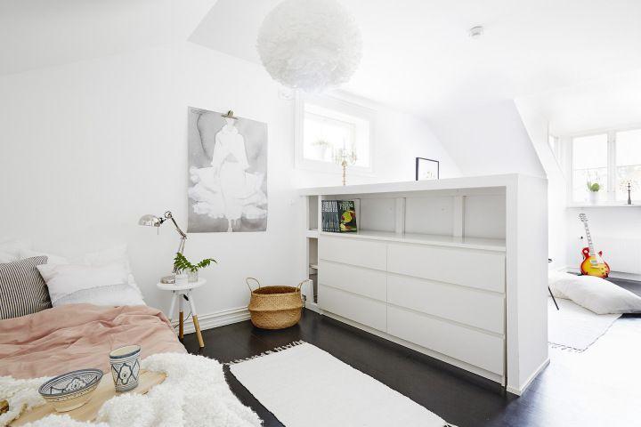 Medio muro para separar el dormitorio en un estudio abierto espacios peque os tiny rooms Diseno de interiores pisos pequenos