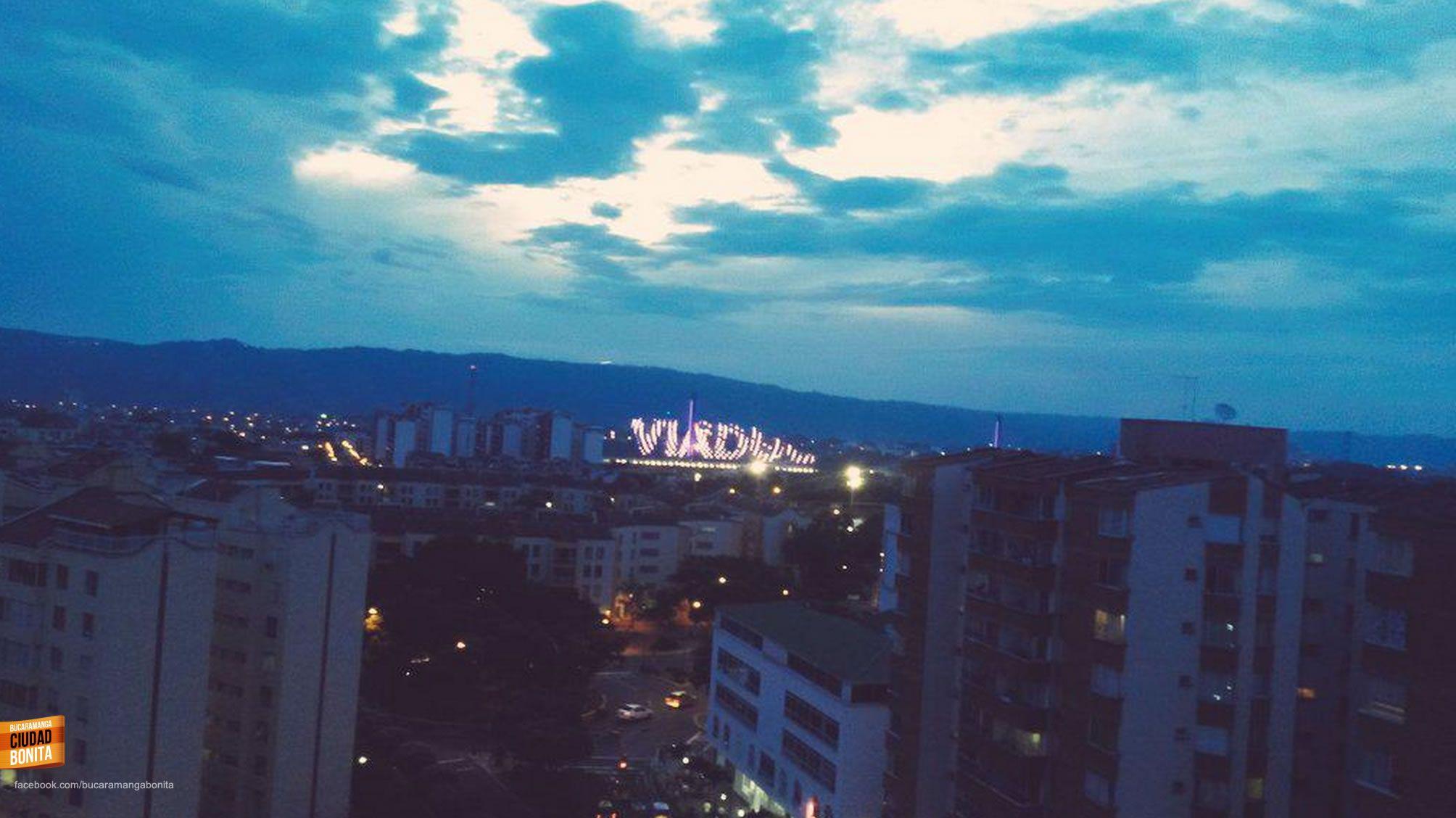 Cae el atardecer en nuestra ciudad y de fondo el nuevo viaducto que nos muestra su nombre. Gracias @victorj0714 por la foto #atardecerBUC
