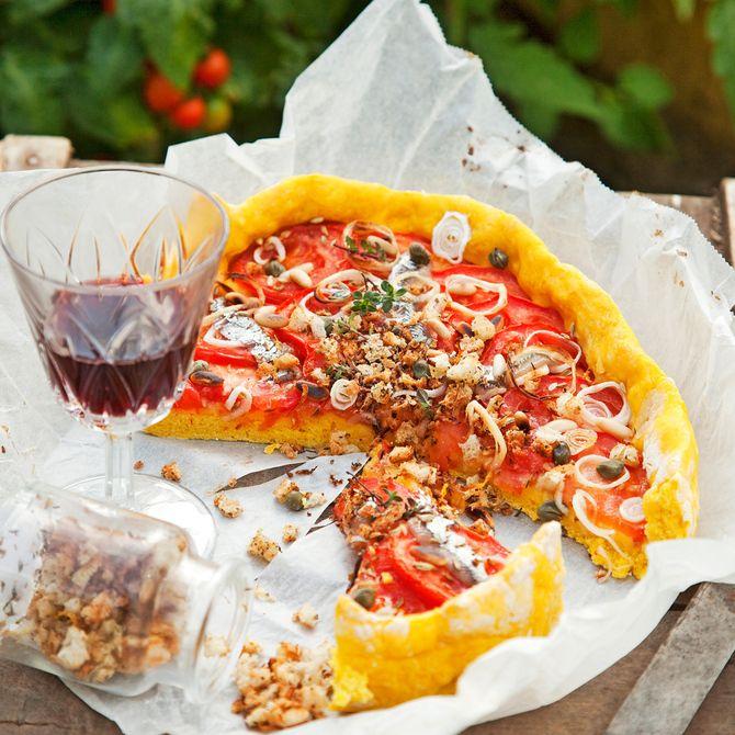 Tomaattipiirakka on kivaa syötävää illanistujaisiin tai kevyenä lounaana.