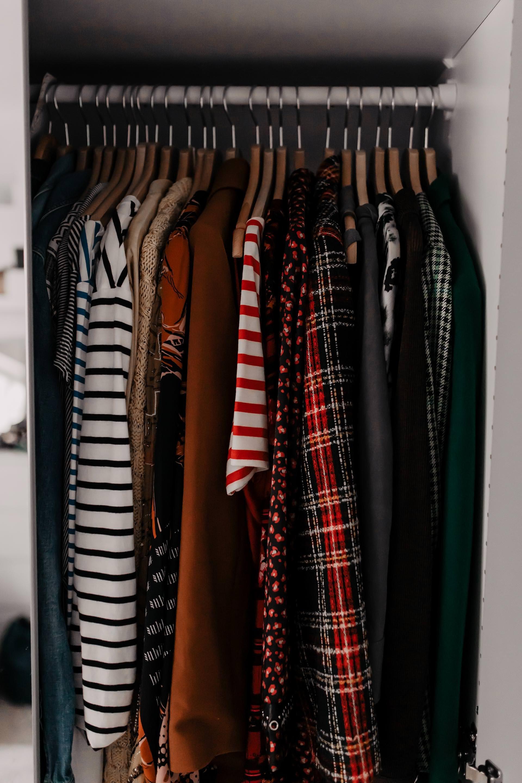 Kleiderschrank Ausmisten Und Richtig Einraumen Mit System Enthalt Unbeauftragte Werbung Kleiderschrank Kleiderschrank Ausmisten Kleiderschrank Ausmisten