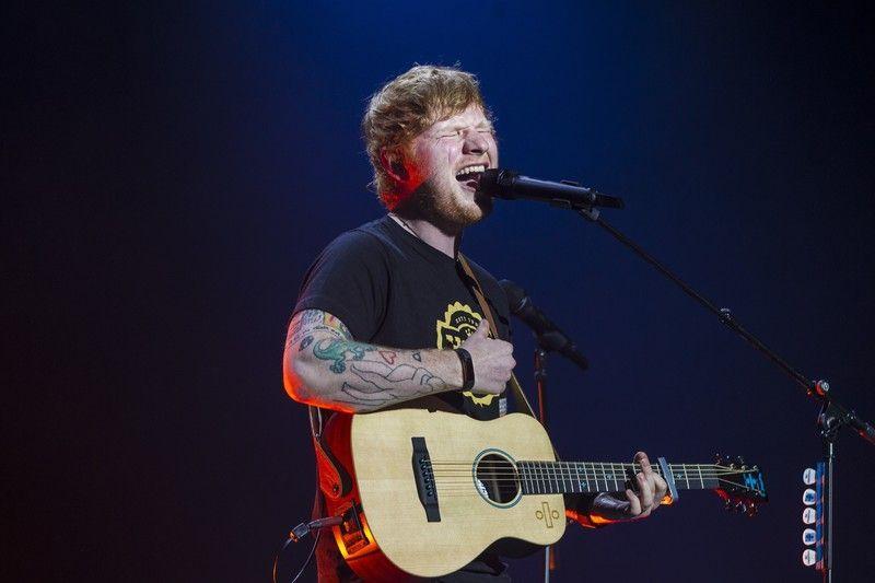 """Er is bekend gemaakt dat Ed Sheeran verloofd is met zijn vriendin, Cherry Seaborn. Doordat een vriend van Ed sheeran, Russel Crowe een kort intervieuw had met de radiozender Nova 969. Ed Sheeran had rust nodig en ging langs bij Russel. Daar zijn ze aan de praat geraakt en heeft Ed sheeran. Russel zei: """"Ed is al wel vaker langsgekomen op mijn boerderij. Af en toe neemt hij ook zijn verloofde mee"""". Het koppel is al bijna 2 jaar samen en zijn gesteld op hun privacy."""