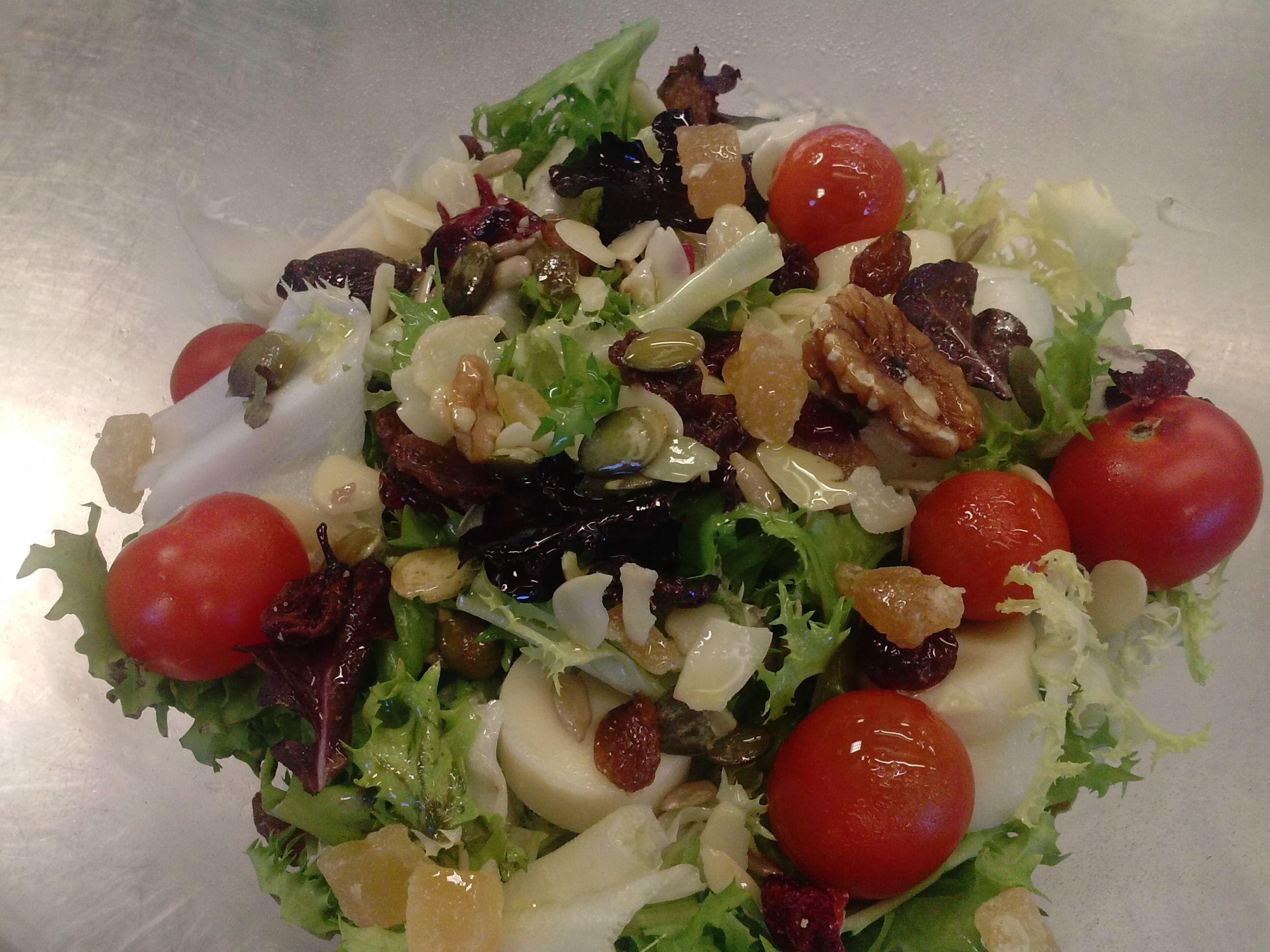 Escarola, cherrys, palmito y frutos secos