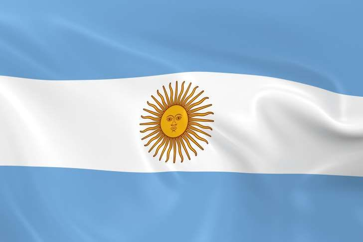 The Argentine Flag Consists Of Three Horizontal Stripes While The Blue Bands Denote The Country S Clear Skies The White Color Repre Banderas Argentina Bolsos